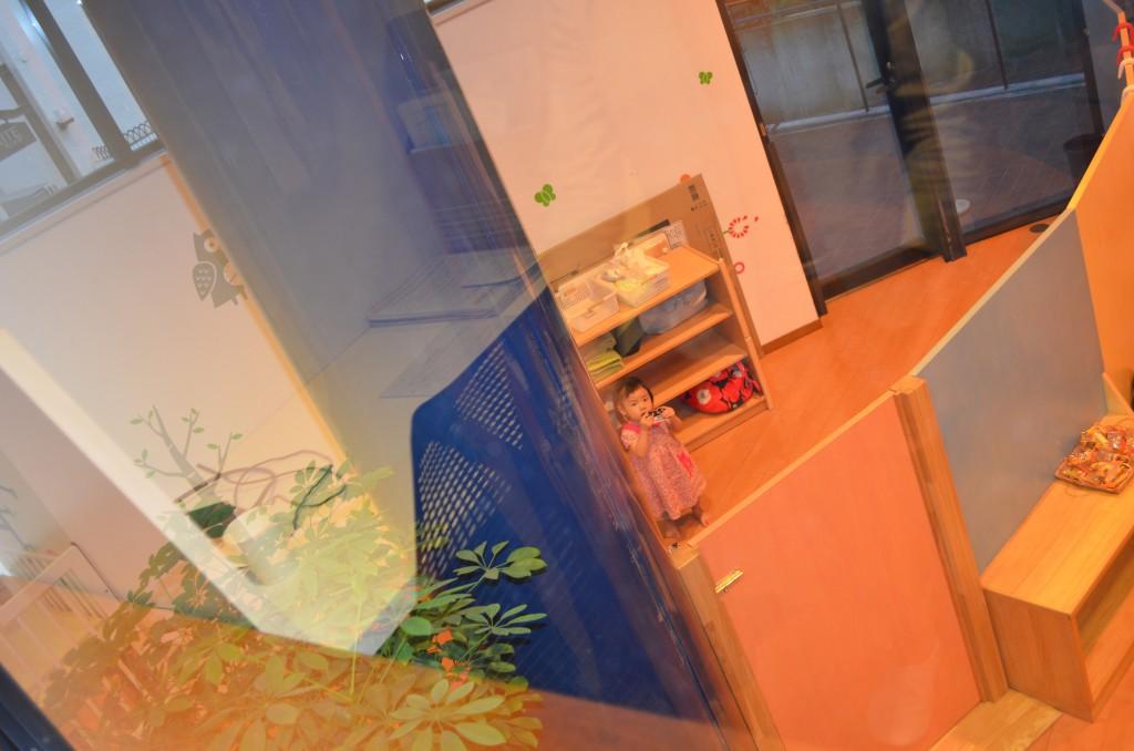 マフィス執務スペースから託児スペースを見る