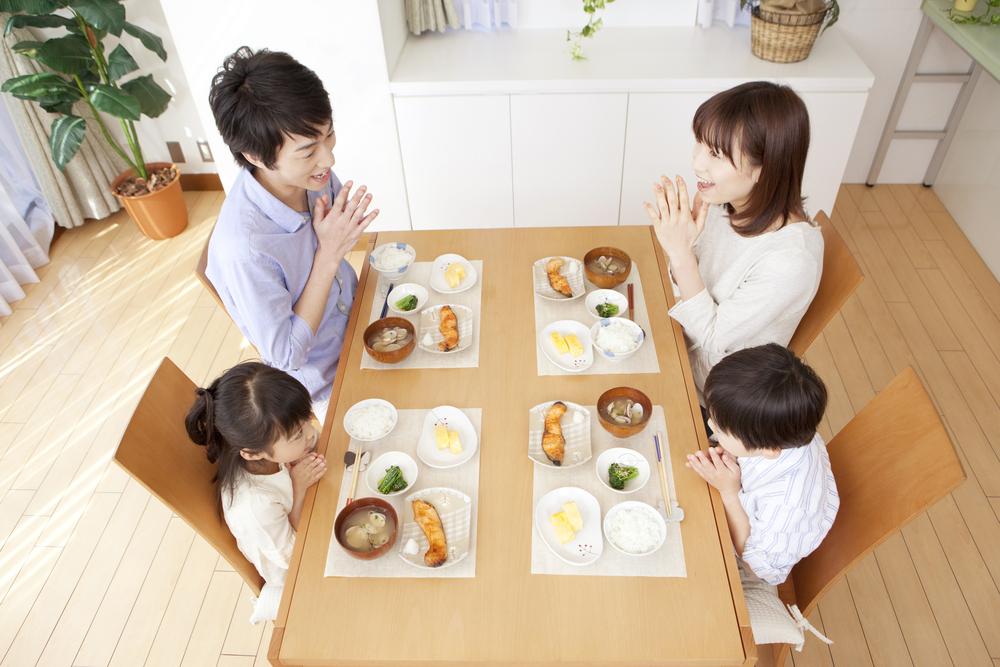 決まった時間に家族で食事