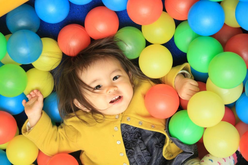 ボールプールで遊ぶ赤ちゃん(1歳児)
