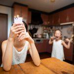 親のスマホの使い方が子どもの行動にも影響を与える?